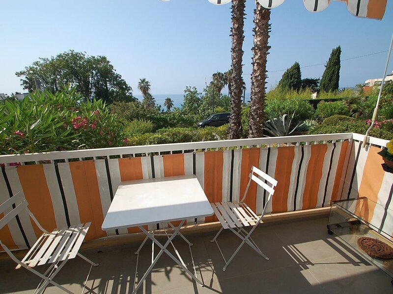 Agréable 2 pièces avec terrasse vue mer et jardin, holiday rental in Grimaldi