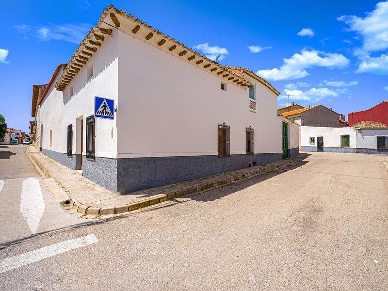 Inviting Mansion in Pozo-Lorente with Swimming Pool, alquiler vacacional en Casas de Ves