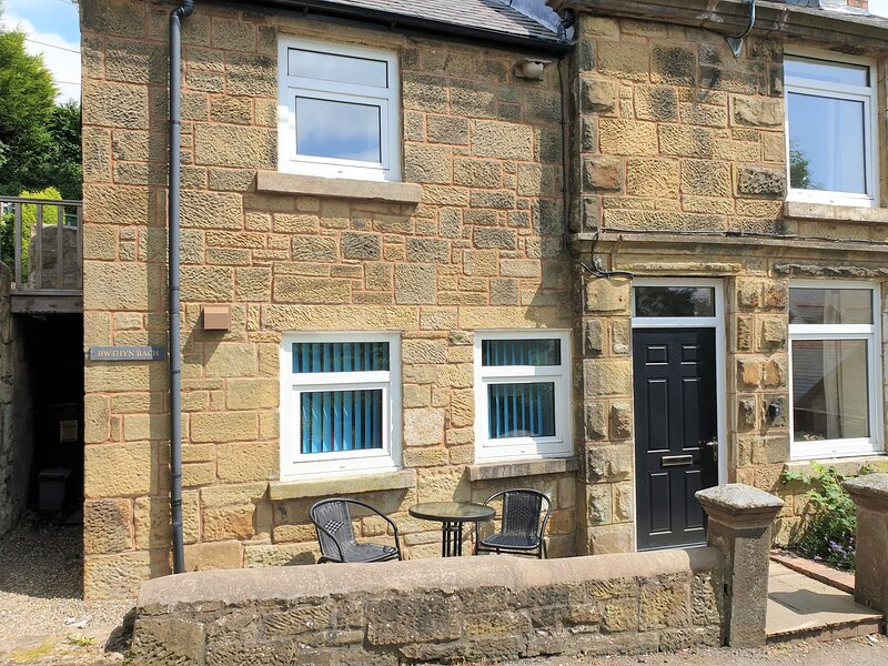Bwthyn Bach (Quaint Cottage), vacation rental in Penycae