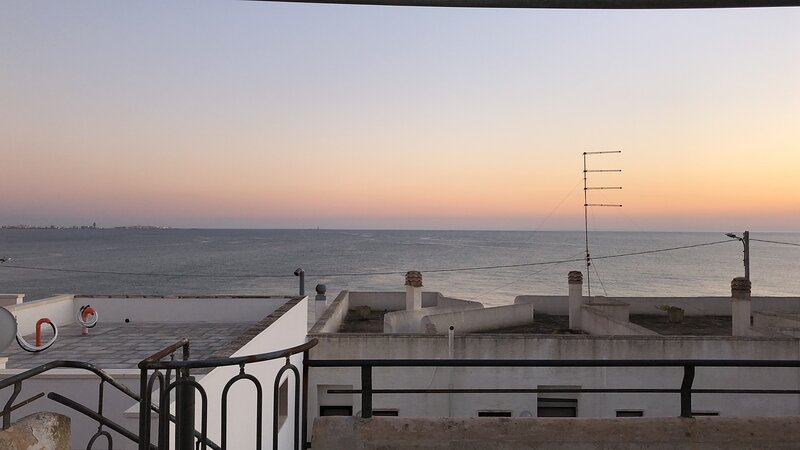 WONDERFUL HOUSE WITH LARGE SEA VIEW TERRACE 50 METERS FROM THE SEA, casa vacanza a Padula Bianca