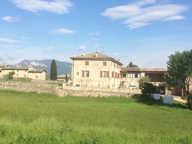 Appartamento arredato per vacanze in collina sopra Lago di Garda, holiday rental in Costermano