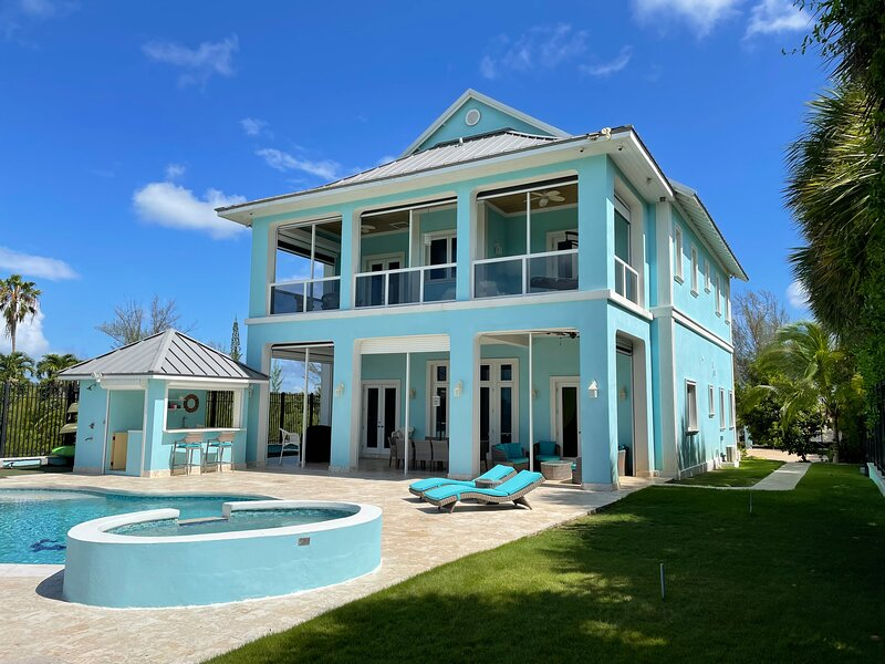 Large Beach House on Secluded Beach, holiday rental in Coral Harbour
