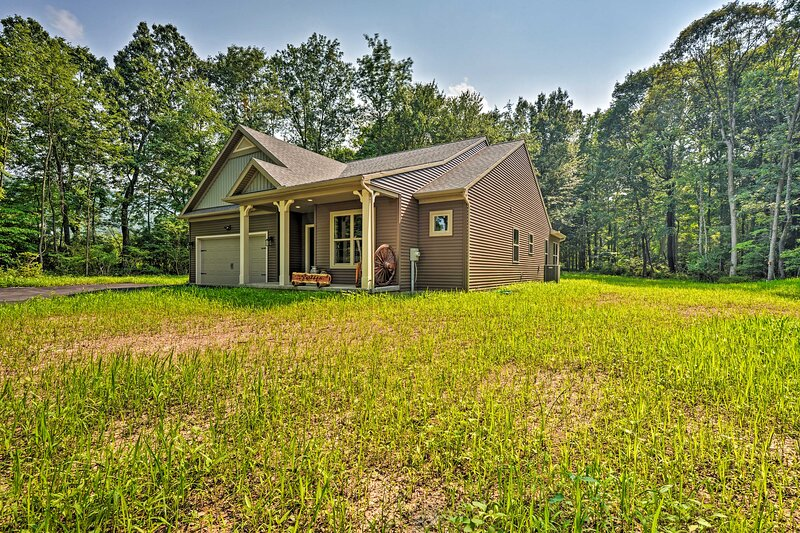 NEW! Woodsy Retreat w/ Patio, 5 Mi to Penn State!, holiday rental in Milesburg