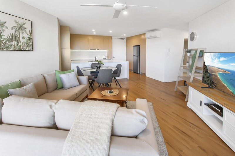 Modern 2-Bed Unit with Balcony and Pool near Trains, holiday rental in Springwood