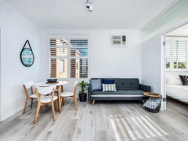 Stylish Sunlit Unit 2 min Walk from Bondi Beach, holiday rental in Waverley