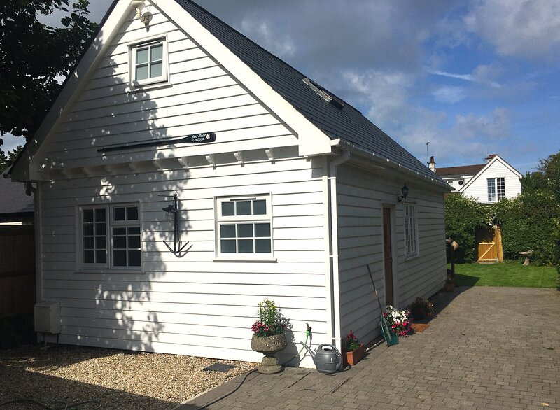 Sea Rose Cottage - Beautiful coastal cottage in private location with a garden,, holiday rental in St Margaret's Bay