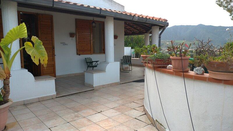 Falcone VIlletta con giardino e zona solarium, alquiler de vacaciones en Furnari