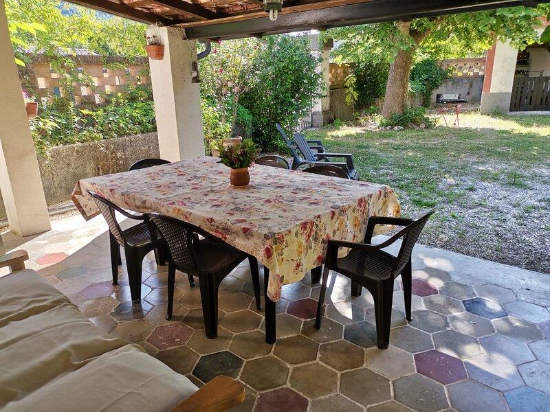Ampio giardino al quale si accede dal salone attiguo alla cucina rustica