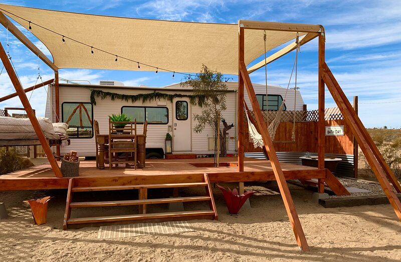 Mimosa Moon RV w/Sensational Patio & Outdoor Tub, holiday rental in Landers