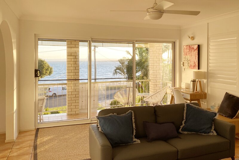 Bayviews at Bongaree - STYLISH TOP FLOOR BEACH FRONT UNIT, location de vacances à Woody Point