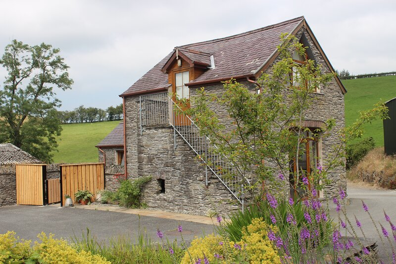 Carthouse Cottage with hot tub near Devil's Bridge, mid Wales, holiday rental in Llanafan