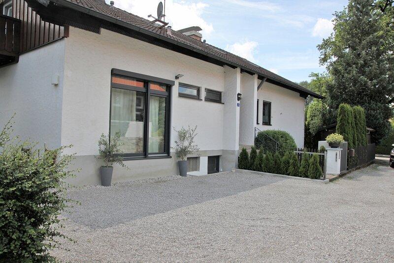 Haus Ansicht Eingangsseite - mit 3 Parkplätzen