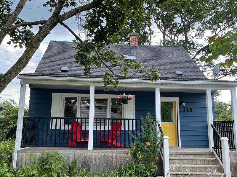 Hager House - Charming, newly furnished, downtown Burlington close to lake, holiday rental in Waterdown