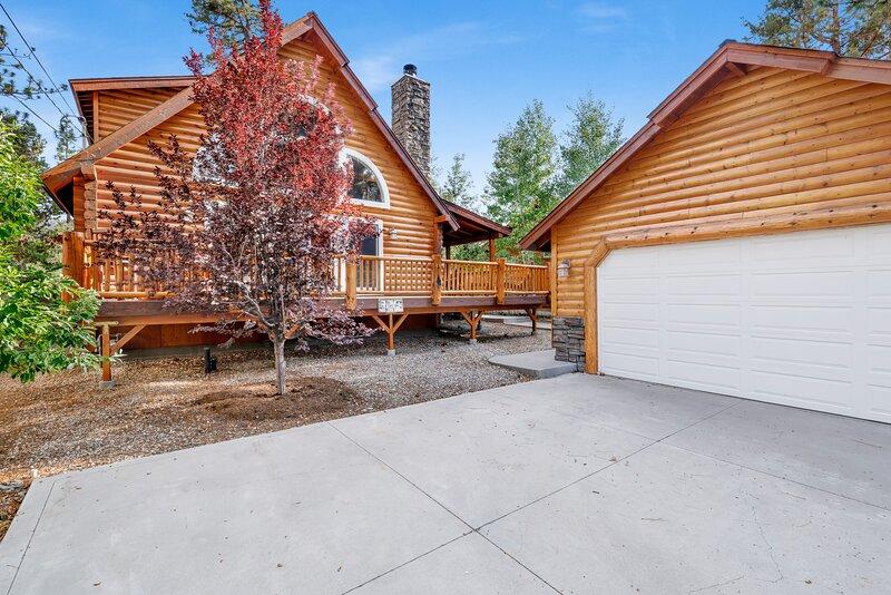 Arktos Jewel | Central Log Cabin | Pool Table | Hot Tub, vacation rental in Big Bear City