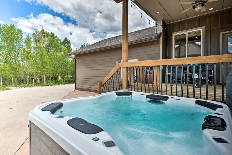 NEW! Bright Home w/ Fire Pit, 22 Mi to Park City!, holiday rental in Timber Lakes