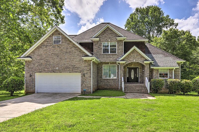 NEW! Stone Mountain Creekside Home: 11 Mi to Dtwn!, holiday rental in Clarkston