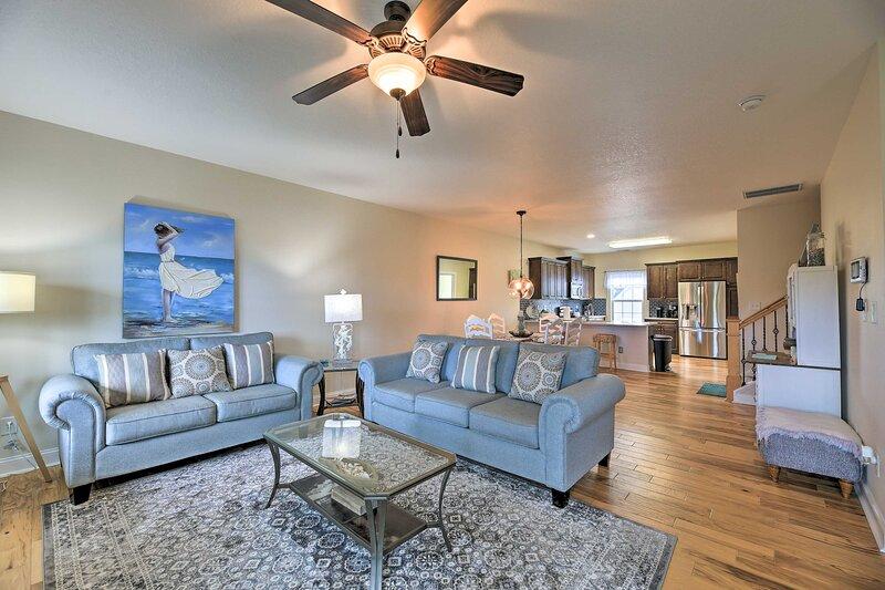 NEW! Scenic Hubert Home w/ Screened Porch & Views!, alquiler de vacaciones en Jacksonville