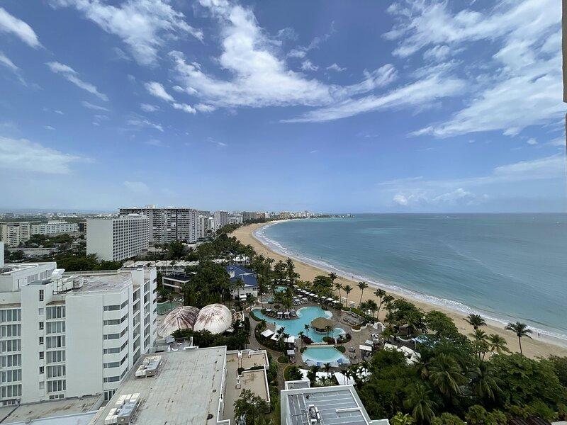 Tropical Studio with Beach Access in Isla Verde, aluguéis de temporada em Isla Verde