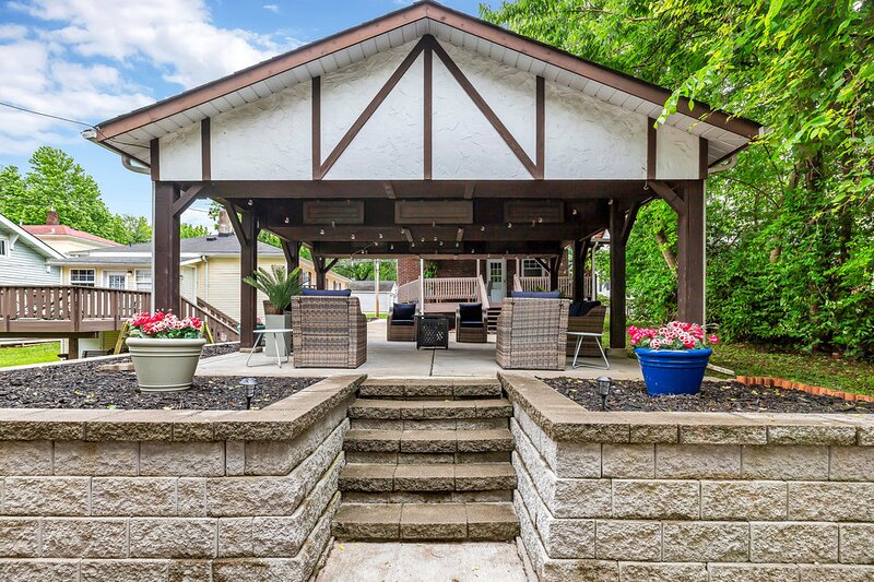 2 homes just 2 blocks from main street. Large covered Pavillion fully furnished, holiday rental in Saint Peters