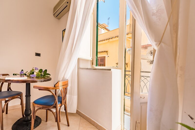 White & Wood Apartment in the heart of the city, holiday rental in Ficarazzi