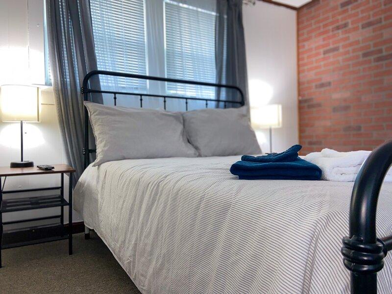Modern Industrial Duplex w/ Master EnSuite, holiday rental in Linden