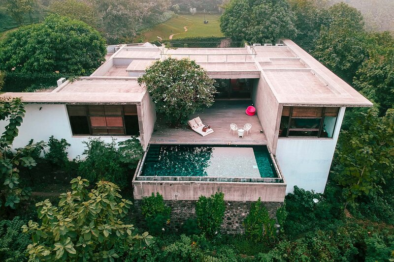 Paashaan, A Luxury Estate w/ Heated Pool + All Meals Incl by Vista Rooms, location de vacances à Khalapur