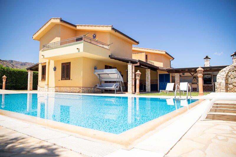 DIMORA FANALE Villa Di Lusso Con Piscina Privata Ad Altavilla Milicia, holiday rental in Torre Colonna-Sperone