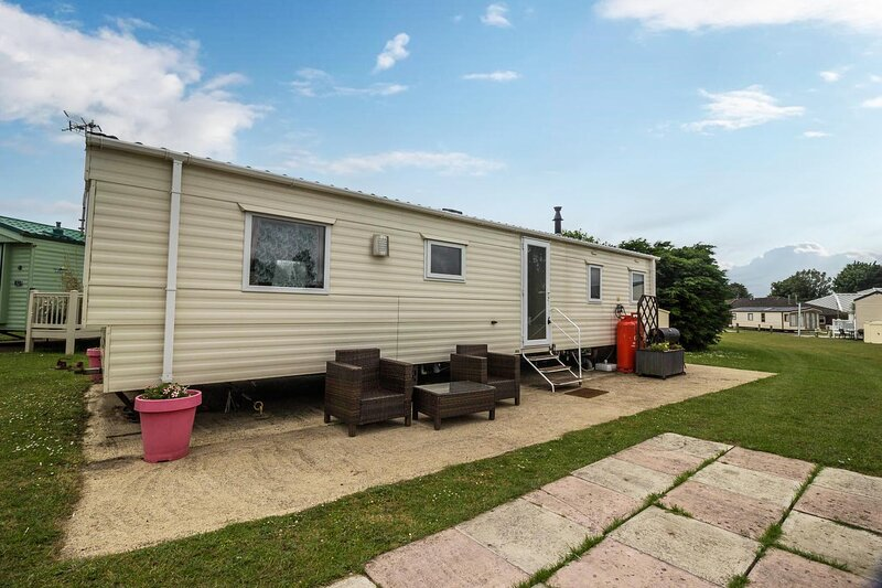 Retro themed 9 berth caravan for hire, near the Norfolk Broads ref 10031B, holiday rental in Fritton