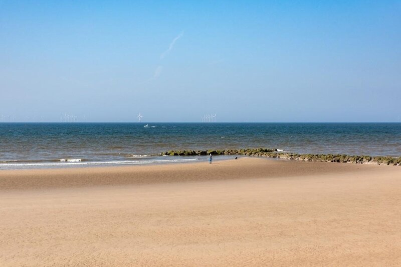 BEACHCOMBER SEAFRONT PET FRIENDLY COTTAGE, holiday rental in Prestatyn