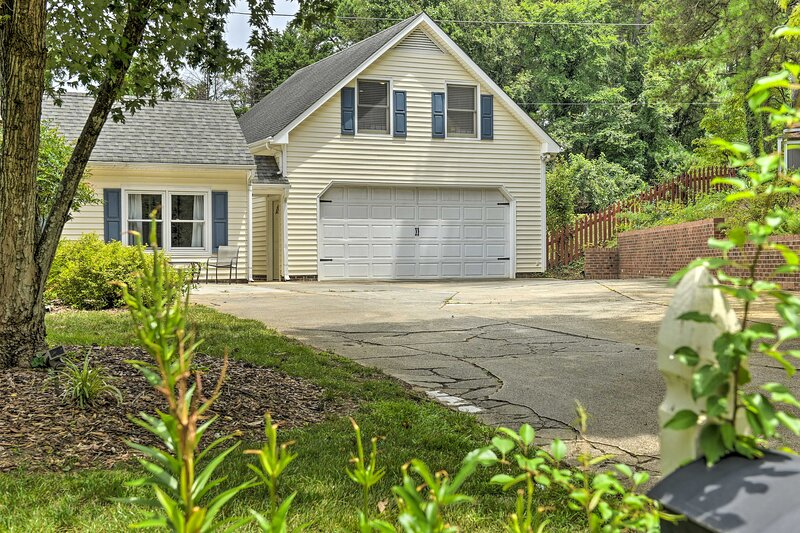 NEW! Relaxing Raleigh Retreat: Studio w/ Fire Pit!, location de vacances à Cary