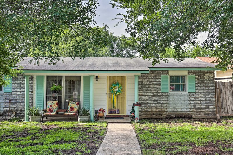 NEW! Vintage Hideaway < 6 Miles to Lackland AFB!, holiday rental in Macdona