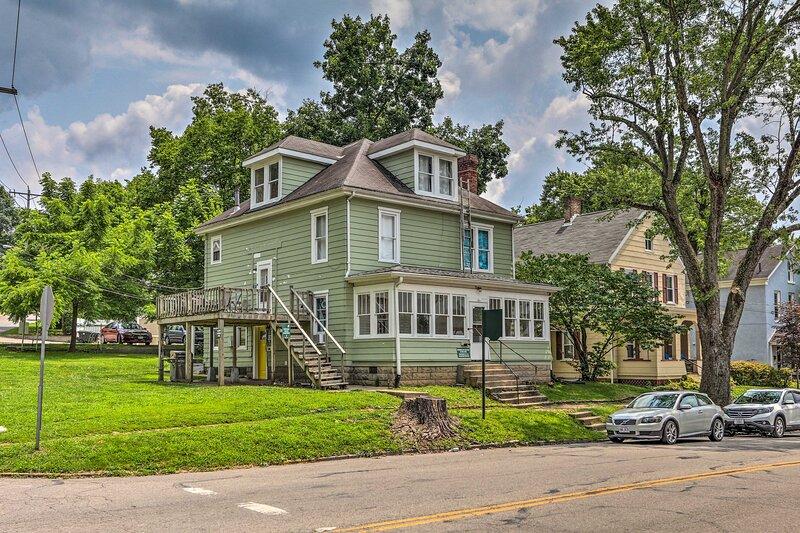 NEW! Charming Apartment, 1 Mi to Ohio University!, casa vacanza a Chesterhill