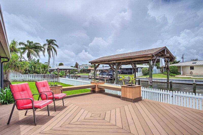 NEW! Sunny Canalfront Getaway, 8 Mi to Cocoa Beach, holiday rental in Port Saint John