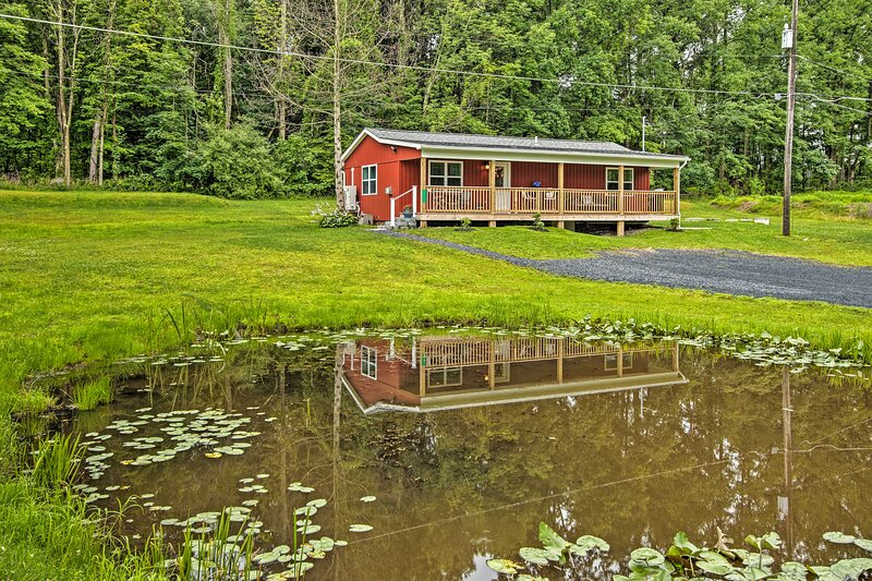 NEW! Cozy Cottage w/ Water Views: Hiking & Boating, holiday rental in Saylorsburg