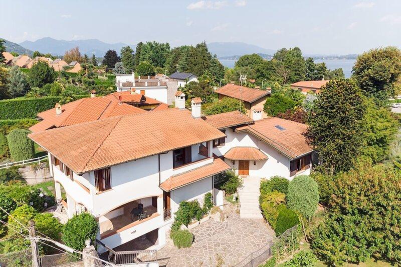 Large Lake Maggiore villa with beach access. Short walk to village centre., Ferienwohnung in Nebbiuno
