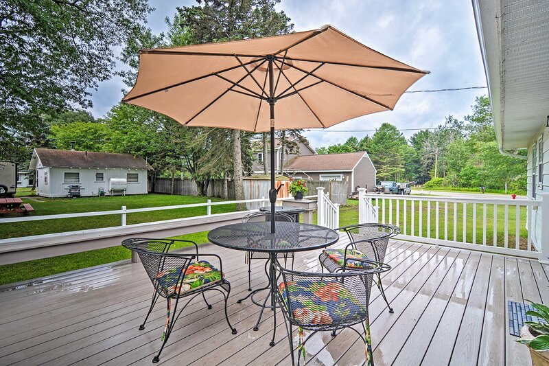 Lake Huron House w/ Grill + Beach Access!, holiday rental in East Tawas