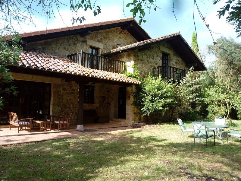 Acogedora casa de campo con piscina y gran jardín, vacation rental in Hazas de Cesto