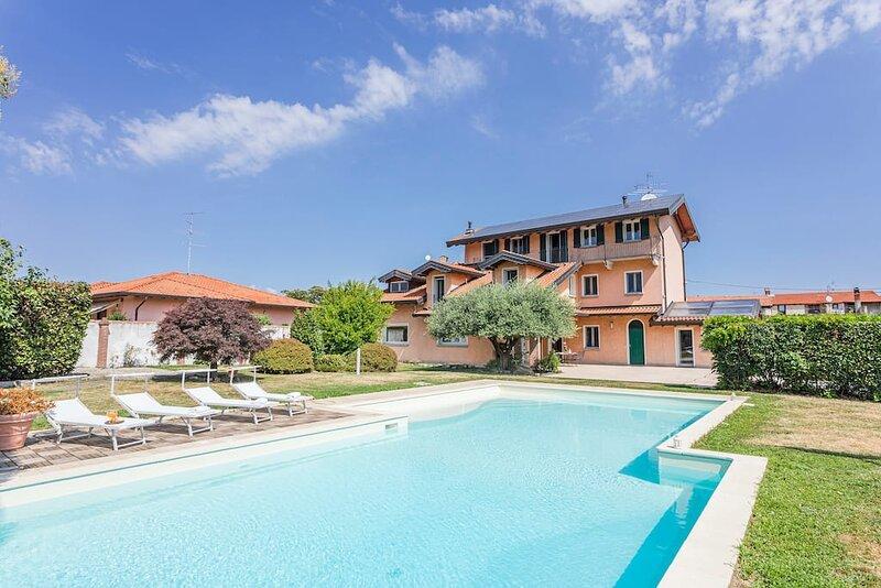 Villa near Milan with swimming pool, casa vacanza a Agrate Conturbia
