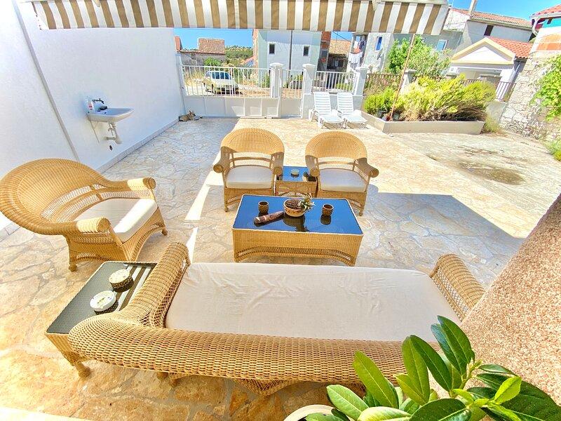 Holiday Home Alba Bianca - free parking, holiday rental in Sibenik