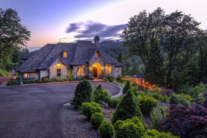Exclusive and Private Chateau on 10 Acres w/ Spectacular Views, Huge Patio, Ping, holiday rental in Troutdale