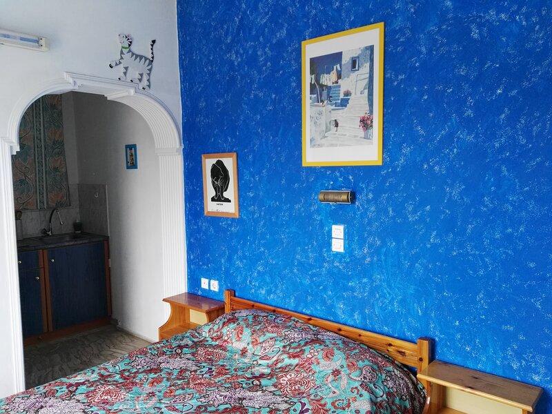 Spacieux studio a louer en bord de plage, holiday rental in Agios Georgios