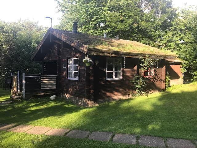 Lovely 2 Bed Cabin with indoor fire place., holiday rental in Aero
