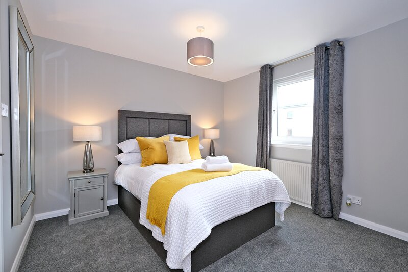 Bright and Spacious Home with a Balcony and City Views, holiday rental in Blackburn