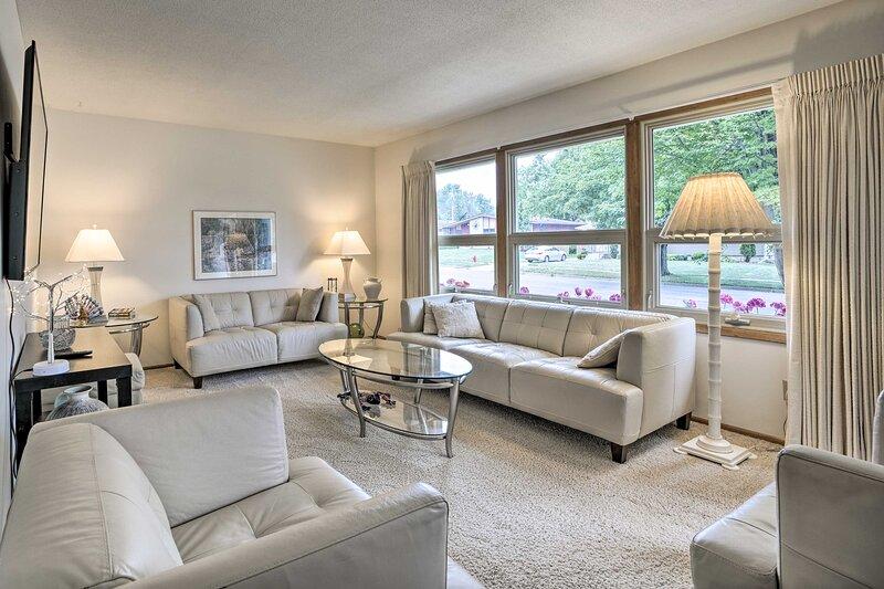 NEW! Charming Rochester Home: 3 Mi to Silver Lake!, casa vacanza a Eyota