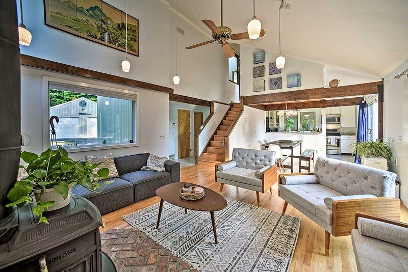 Modern Catskills Reprieve w/ Hot Tub + Mtn Views!, alquiler de vacaciones en Pine Hill