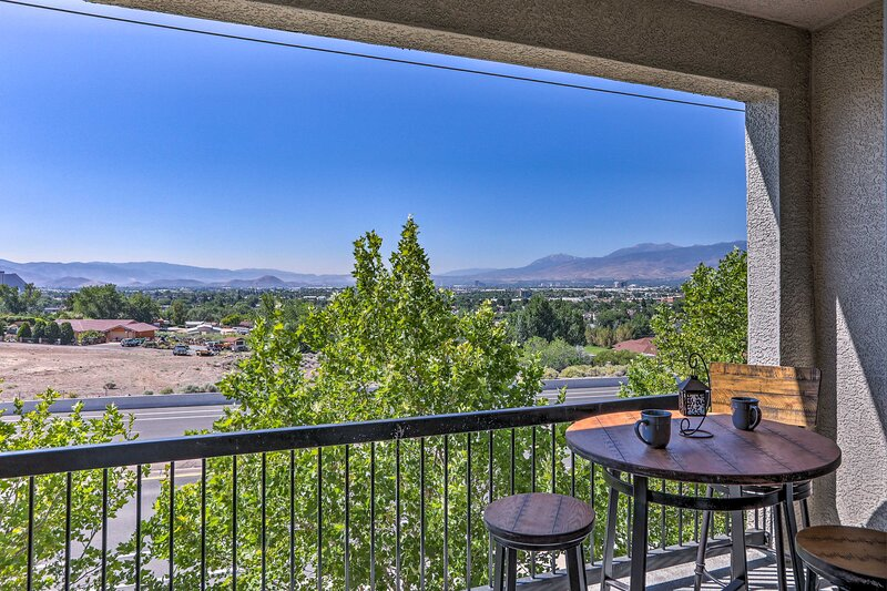 NEW! Luxe Retreat w/Mtn Views: 4.5 Mi to Dtwn Reno, location de vacances à Sparks