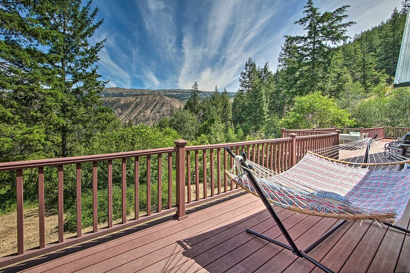 NEW! Cozy Cabin, 50 Mi to Mt Rainier National Park, holiday rental in Naches
