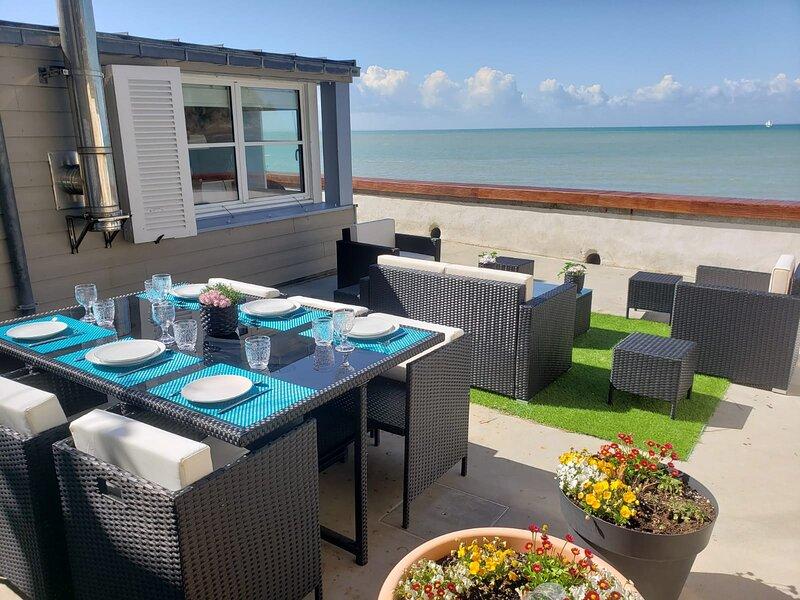 BEACH HOUSE - BELLE MAISON EN FRONT DE MER - BAIE DU MONT ST MICHEL - GRANVILLE, location de vacances à Granville