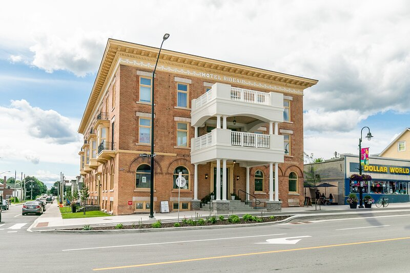 Simply Comfort. Rideau Amazing Apartment with a balcony. Free Parking., holiday rental in North Grenville