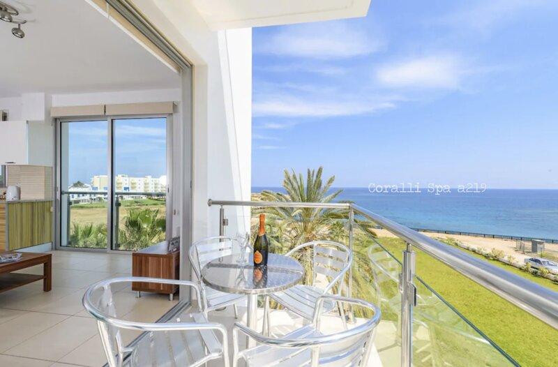 Coralli Spa Beachfront Apartment With Breathtaking Sea Views, location de vacances à District de Famagouste